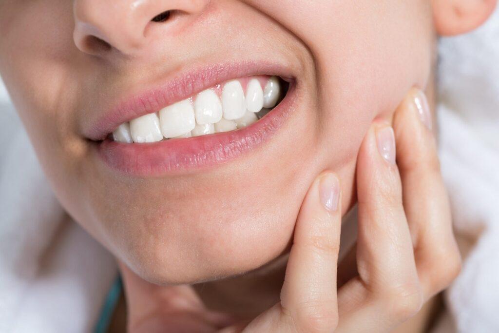 Karijes simptomi, osetljivost zuba i zubobolja
